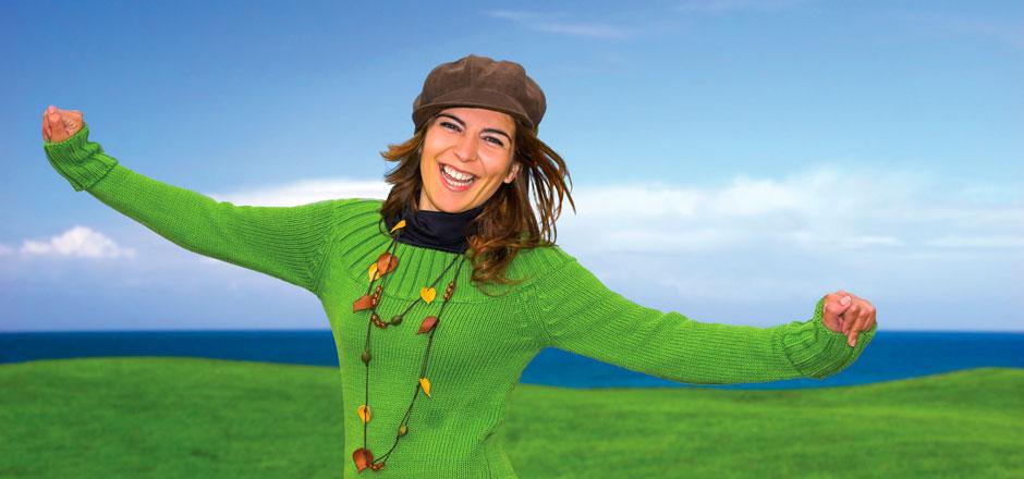 mujer-feliz-en-fondo-verde